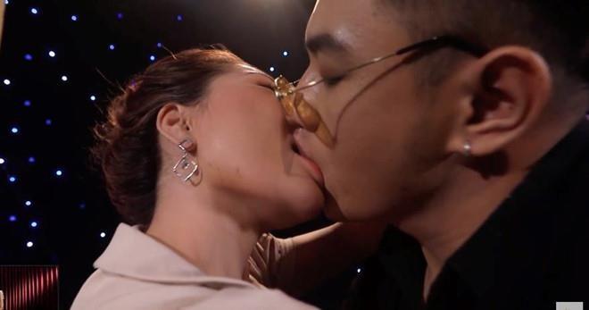 Mơ thấy hôn nhau đánh con gì?